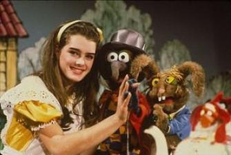 ¿A ver cuántos se sabían ésta? Brooke Shields (jovencísima) fue la invitada más joven del show de los Muppets, y todos sus sketches fueron como Alicia.