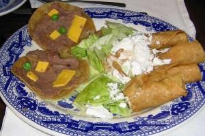 ¡Mmmmmm! ¡Irresistible! Son las flautas de siempre, con la tortilla rancia y tatemadita, acompañadas de suculentos retazos de lechuga empapada y dos sopes riquísimos que no llegan ni a la mitad del tamaño de los de la foto. Todo en un muy mexicano plato artesano-industrial. ¡Para chuparse los dedos!